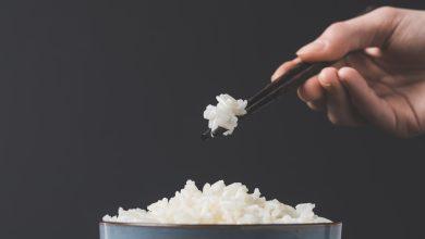 אכילת אורז עם מקלות סינים