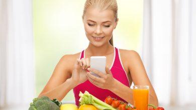 אישה מחשבת קלוריות במזונות שונים