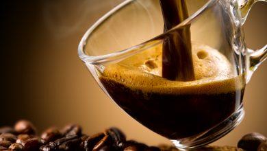 קפה נמזג לכוס